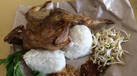 Presiden SBY juga sempat mencicipi nasi kasreng burung puyuh yang mulai muncul sejak tahun 80-an. (Liputan6.com/Panji Prayitno)