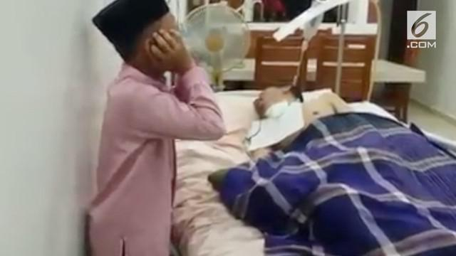 Nabil bin Zakariya (11), setiap hari, sebelum berangkat dan pulang sekolah berdiri di samping ranjang ayahnya dan melantunkan azan