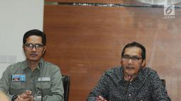 Wakil Ketua KPK Saut Situmorang (kanan) didampinggi Juru bicara KPK Febri Diansyah memberikan keterangan terkait Oprasi Tangkap Tangan di dua wilayah Kota Blitar dan Kabupaten Tulungagung di gedung KPK, Jakarta, Jumat (8/6). (Merdeka.com/Dwi Narwoko)