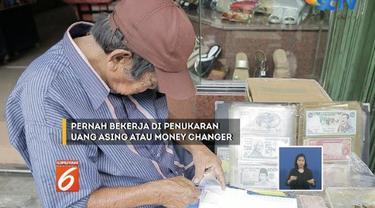 Seorang kakek berusia 80 tahun tak pantang menyerah jalani hidup dengan menjajalan uang kuno di depan emperan toko Pasar Baru.