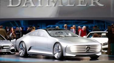 Mobil Mercedes - Benz Concept IAA saat dipamerkan dalam pertemuan dengan perusahaan otomotif multinasional Jerman Daimler Daimler di Berlin , Jerman , (6/4). Mobil ini kabarnya memiliki mesin 2 mobil dalam satu mesin. (REUTERS / Hannibal Hanschke)