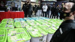 Barang bukti sabu diperlihatkan saat konferensi pers di Lapangan Bhayangkara Mabes Polri, Jakarta, Rabu (28/4/2021). Barang bukti sebanyak itu didapatkan dari penindakan dari sejumlah tempat. Dalam kasus ini, Satgas Polri menangkap total 18 tersangka, terdiri dari 17 WNI dan 1 WN Nigeria. (Liputan6.