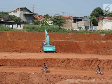 Anak-anak bermain di sekitar pembangunan proyek jalan tol Depok-Antasari di Limo, Depok, Rabu (19/6/2019). Adanya proyek itu diduga menjadi penyebab dua RT mengalami kekeringan sejak dua bulan terakhir, meskipun kejadian serupa belum pernah terjadi sebelumnya. (Liputan6.com/Immanuel Antonius)