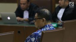 Terdakwa kasus suap hakim ad hoc PN Tipikor Medan, Hadi Setiawan saat menjalani sidang pembacaan putusan di Pengadilan Tipikor, Jakarta, Kamis (4/4). Hadi terbukti membantu Tamin Sukardi menyuap Merry untuk melancarkan perkaranya di Pengadilan Tipikor Medan. (Liputan6.com/Helmi Fithriansyah)