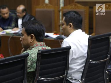 Anggota Komisi III DPR, Aziz Syamsuddin (tengah) bersama terdakwa dugaan suap proyek Bakamla, Fayakhun Andriadi menjadi saksi sidang lanjutan dugaan korupsi pengadaan e-KTPdi Pengadilan Tipikor, Jakarta, Selasa (2/10). (Liputan6.com/Helmi Fithriansyah)