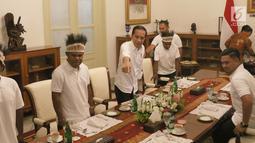 Presiden Joko Widodo (Jokowi) mengundang pemenang lomba festival Gapura Cinta Negeri makan siang bersama di Istana Merdeka, Selasa (3/9/2019). Pemenang lomba yang diundang makan siang bersama Jokowi, yakni warga yang berasal dari Kabupaten Yapen dan Kabupaten Nduga. (Liputan6.com/Angga Yuniar)