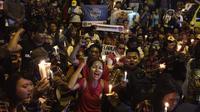 Massa pendukung Ahok menyalakan lilin di depan Rutan Cipinang (Liputan6.com/ Muhammad Radityo Priyasmoro)