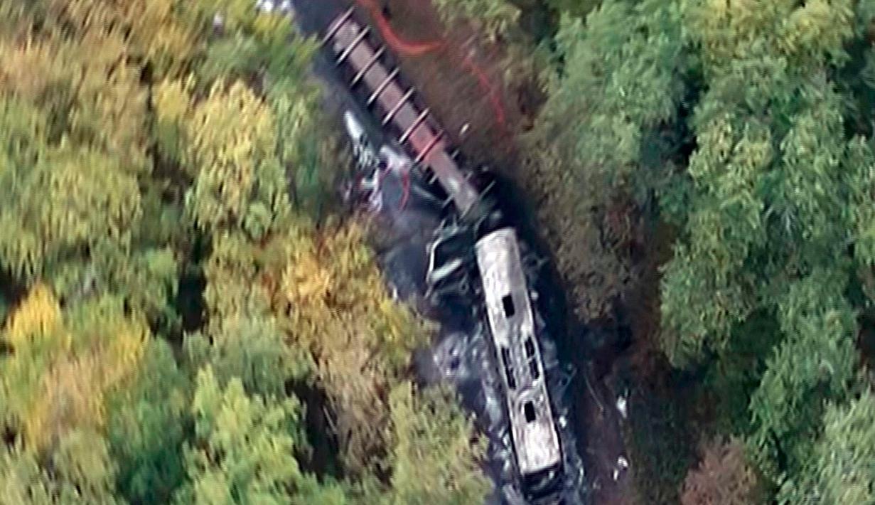 Inilah penampakan gambar kecelakaan yang terjadi di dekat Libourne di kawasan Gironde, Prancis, Jumat (23/10/2015). Sebuah truk dan bus bertabrakan dengan brutal yang menewaskan sedikitnya 40 orang. (REUTERS/iTele)