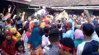 Ribuan warga berdesakan untuk mendapatkan ayam gratis dari Pinsar di Pasar Jongke, Solo, Rabu (26/9). (Ari Purnomo/JawaPos.com)