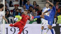 Kiper Uruguay, Fernando Muslera membuang bola dari kejaran pemain Italia, Eder pada laga Persahabatan di Nice Allianz Riviera stadium, Prancis, (7/6/2017). (AP/Claude Paris)