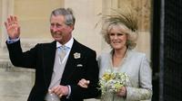 Pangeran Charles dan Camilla di Kapel St George di Windsor, Inggris, mengikuti pemberkatan gereja di upacara pernikahan sipil mereka, 9 April 2005. (ALASTAIR GRANT / POOL / AFP)