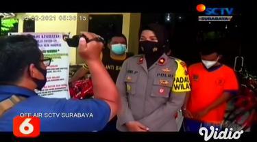 Seperti inilah aksi dua pencuri burung berkicau jenis murai batu, yang aksinya terekam kamera cctv di Jalan Jagir Sidosermo, Surabaya. Sebelum beraksi, kedua pelaku berboncengan motor dan mengawasi rumah korban.