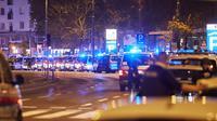 Polisi memblokade sebuah jalan di Wina, Austria, 2 November 2020. Satu orang tewas dan beberapa lainnya terluka parah dalam sejumlah insiden penembakan yang terjadi pada Senin (2/11) malam waktu setempat di pusat Kota Wina. (Xinhua/Georges Schneider)