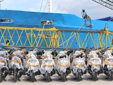 Deretan sepeda motor sebelum didistribusikan melalui Pelabuhan Sunda Kelapa Jakarta, Senin (9/1). Asosiasi Industri Sepeda Motor Indonesia (AISI) memprediksi penjualan motor pada 2017 masih akan cenderung stagnan. (Liputan6.com/Angga Yuniar)