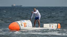 Nicolas Jarossay mendayung papan selancar saat berlatih di perairan lepas Martigues, Perancis, Selasa (15/3). Jarossay berencana memulai aksi dari Tanjung Verde dan mendarat di Karibia. (AFP/BORIS HORVAT)