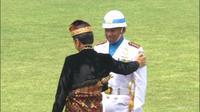 Jokowi tiba-tiba turun dari mimbar kehormatan dan menyalami Komandan Upacara Kolonel Laut (P) Hariyo Poernomo. (dok BPMI)