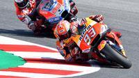 Pembalap Repsol Honda, Marc Marquez terlibat persaingan sengit dengan pembalap Ducati, Jorge Lorenzo pada MotoGP San Marino 2018. (Tiziana FABI / AFP)