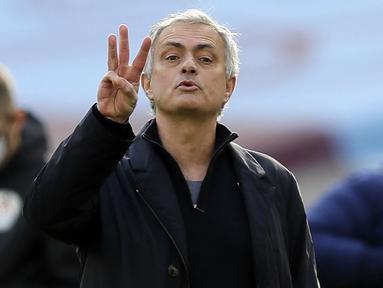 Selepas dipecat Tottenham Hotspur, Jose Mourinho membuat berita sensasional. Tidak lain adalah soal total besarnya uang pesangon senilai 79 juta pound atau setara Rp.1,6 Triliun jika diakumulasi dengan 4 pemecatannya terdahulu. Mau tahu rinciannya? (AFP/Kirsty Wigglesworth)