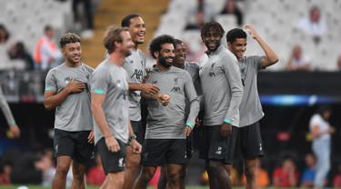 Para pemain Liverpool tertawa saat menghadiri sesi latihan di stadion Besiktas Park di Istanbul, Turki (13/8/2019). Liverpool akan bertanding melawan Chelsea dalam pertandingan Piala Super Eropa 2019 di Istanbul, Turki, Kamis (15/8/2019) dini hari WIB. (AFP Photo/Ozan Kose)