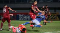 Persib mendapat peluang demi peluang melalui Wander Luiz namun, barisan pertahanan Borneo FC masih mampu meredam. (Bola.com/Bagaskara Lazuardi)