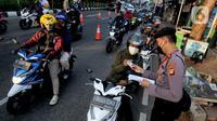 Aparat gabungan dari TNI-POLRI dan Dishub memeriksa kelengkapan dokumen pengendara bermotor  yang melintasi kanalisasi pos penyekatan PPKM Darurat di Jalan Raya Lenteng Agung, Jakarta, kamis (8/7/2021). (merdeka.com/Arie Basuki)
