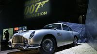 Mobil DB5 Aston Martin ditampilkan dalam pameran yang didedikasikan untuk James Bond di Grande Halle de la Villette, Paris, Rabu (13/4). Pameran ini menyajikan lebih dari 500 benda asli yang berkaitan dengan karakter yang terkenal. (PATRICK Kovarik/AFP)