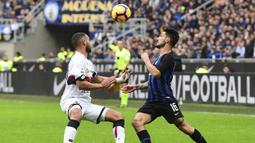 Bek Genoa, Davide Biraschi, berebut bola dengan gelandang Inter Milan, Matteo Politano, pada laga Serie A Italia di Stadion San Siro, Milan, Sabtu (3/11). Inter menang 5-0 atas Cagliari. (AFP/Miguel Medina)