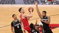 Pemain Chicago Bulls, Tomas Satoransky, berusaha untuk melepaskan diri dari kawalan pemain Sacramento Kings ketika kedua tim berhadapan dalam laga NBA di United Center, Chicago, Minggu (21/2/2021) pagi WIB. (STACY REVERE / GETTY IMAGES NORTH AMERICA / GETTY IMAGES VIA AFP)