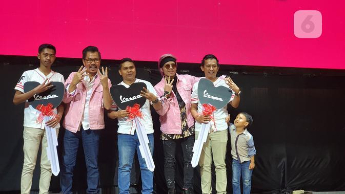 Ketiga pemenang motor Vespa undian Smartfren WOW; Fariski Zulkarnayen Arif, Wahyu Winata, dan Tata Saepuloh bersama Djoko Tata Ibrahim dan Atta Halilintar. (Liputan6.com/ Agustin Setyo W)