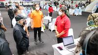 Direktur Teknik PSSI, Indra Sjafri (kanan) bersama Gubernur DKI Jakarta, Anies Baswedan (tengah), dan Wakil Presiden, Ma'ruf Amin (kiri) saat vaksinasi atlet di Istora Senayan, Jakarta, Jumat (26/2/2021). (PSSI).