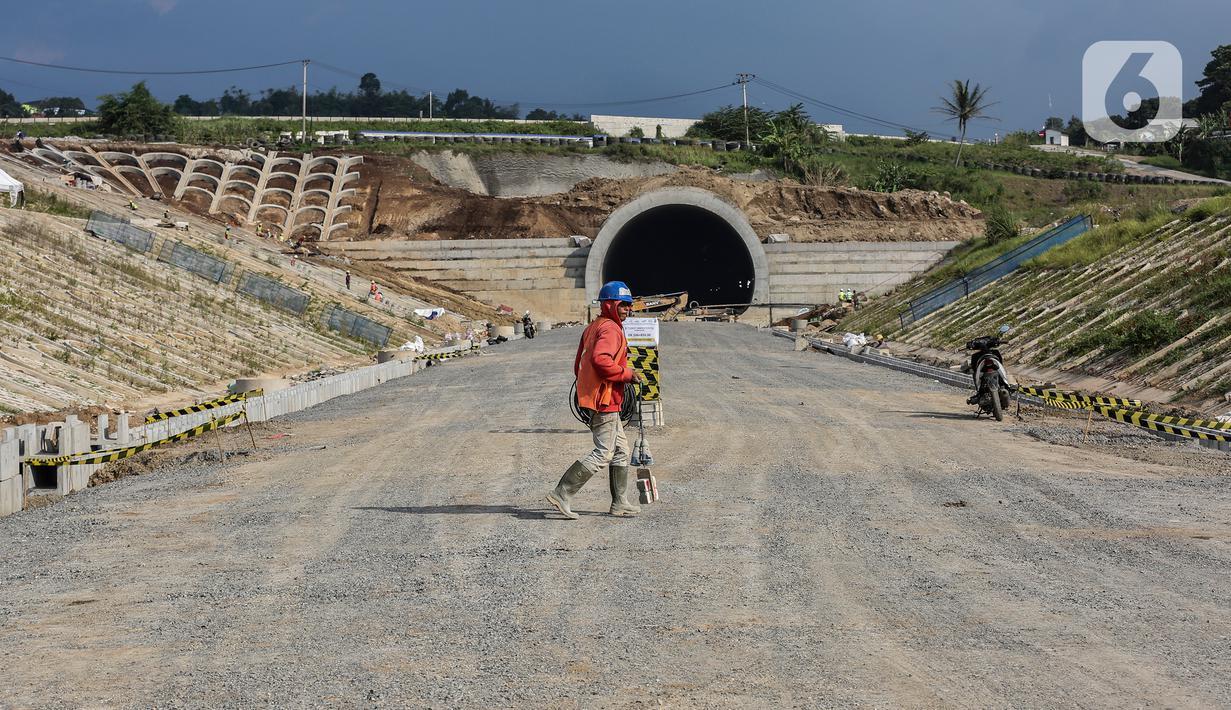 Proyek pembangunan kereta cepat yang sedang dalam tahap pengerjaan di kawasan Padalarang, Kabupaten Bandung, Jawa Barat, Sabtu (25/9/2021). Pembangunan Kereta Cepat Jakarta Bandung (KCIC) telah mencapai progres 78,65 persen. (Liputan6.com/Johan Tallo)