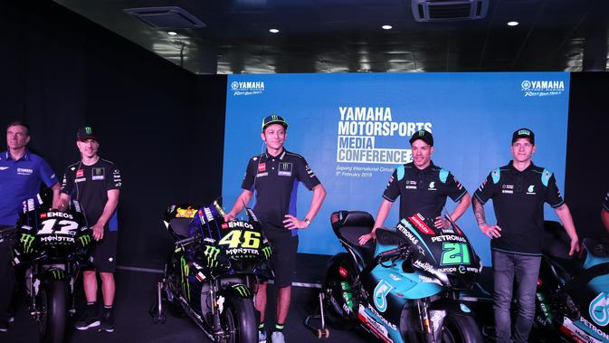 Valentino Rossi dan Franco Morbidelli (kedua dari kanan) di acara perkenalan tim di Sirkuit Sepang 5 Februari lalu (Liputan6.com/Defri Saefullah)