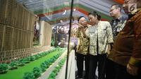 Menteri BUMN Rini Soemarno (kedua kiri) melihat maket proyek pembangunan rumah susun di Stasiun Pondok Cina, Depok, Jawa Barat, Senin (2/10). (Liputan6.com/Immanuel Antonius)
