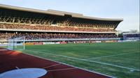 Suporter PSIM menyaksikan timnya berlaga di Stadion Mandala Krida, Yogyakarta. (Bola.com/Vincentius Atmaja)