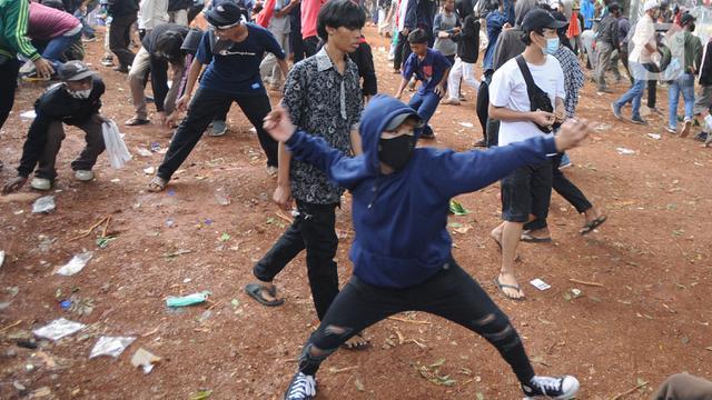 Polisi Pukul Mundur Pendemo Omnibus Law