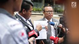 Pengacara dokter Roboah Khairani Hasibuan alias Ani, Amin Fahrudin dan Slamet Hasan memberikan keterangan di Ditreskimsus Polda Metro Jaya, Jumat (17/5/2019). Sedianya Ani Hasibuan diperiksa untuk dimintai keterangan sebagai saksi dugaan penyebaran ujaran kebencian. (Liputan6.com/Faizal Fanani)