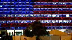 Pemendangan balai kota Tel Aviv yang dihiasi warna bendera AS untuk menghormati korban penembakan brutal di Las Vegas di Rabin Square, Tel Aviv (2/10). Akibat kejadian ini sekitar 59 orang tewas dan 500 lainya terluka. (AFP Photo/Jack Guez)