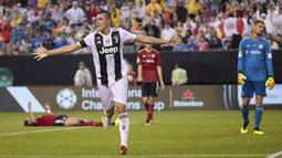 Pemain Juventus, Andrea Favilli merayakan gol ke gawang Bayern Munchen pada laga International Champions Cup 2018 di Lincoln Financial Field, Philadelphia, (25/7/2018). Juventus menang 2-0.  (AP/Chris Szagola)