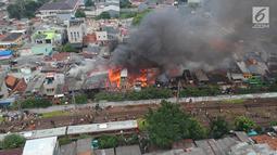 Pemandangan saat kebakaran melanda permukiman padat penduduk di kawasan Tanah Tinggi, Johar Baru, Jakarta, Selasa (26/6). Menurut warga setempat, api mulai berkobar sekitar pukul 13.20. (Liputan6.com/Arya Manggala)