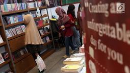 Pengunjung melihat-lihat buku pada gelaran Indonesia International Book Faor 2018 di Jakarta Convention Center, Minggu (16/9). Puluhan penerbit dari 17 negara hadir menyemarakkan perhelatan yang digelar selama lima hari. (Liputan6.com/Helmi Fithriansyah)