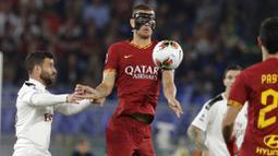 Penyerang AS Roma, Edin Dzeko, mengontrol bola saat melawan AC Milan pada laga Serie A 2019 di Stadion Olympic, Senin (27/10). AS Roma menang dengan skor 2-1. (AP/Andrew Medichini)