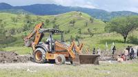 Gugus Tugas covid-19 Kabupaten TTS saat menggali jenazah yang hilang. ( Foto istimewa)