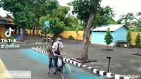 Video haru perjuangan siswa datang ke sekolah karena tak punya akses internet. (TikTok/adfredi02)