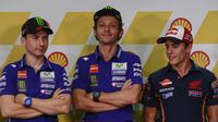 Pembalap Spanyol Jorge Lorenzo (kiri), Pembalap Spanyol Marc Marquez (kanan), dan Pembalap Italia Valentino Rossi (tengah) saat press conference di Sepang International Circuit, Malaysia, 22 October 2015.  (EPA / Fazry Ismail)