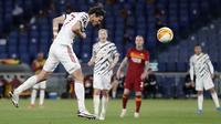 Striker Manchester United, Edinson Cavani melepaskan sundulan yang berbuah gol kedua timnya ke gawang AS Roma dalam laga leg kedua semifinal Liga Europa 2020/2021 di Olimpico Stadium, Roma, Kamis (6/5/2021). Manchester United kalah 2-3 dari AS Roma. (AP/Alessandra Tarantino)