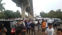Ratusan pengemudi taksi online menggelar aksi damai di Bandara SMB II Palembang (Liputan6.com / Nefri Inge)