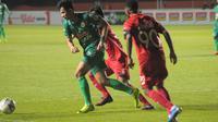 Gelandang PSS, Dave Mustaine dikawal dua pemain Semen Padang dalam laga pekan kedua Shopee Liga 1 2019 di Stadion Maguwoharjo, Sabtu (25/5/2019). (Bola.com/Vincentius Atmaja)