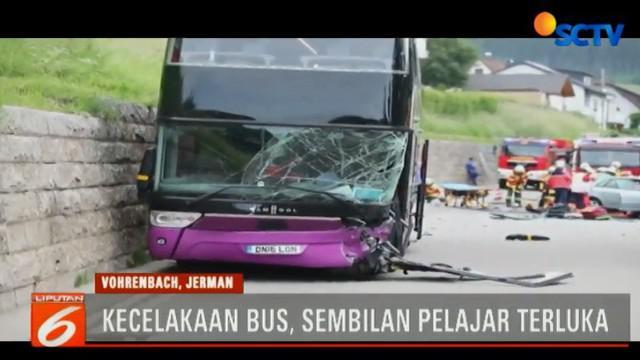 Penyebabnya sebuah mobil yang dikemudikan kakek berusia 90 tahun, tiba-tiba nyelonong ke depan bus double decker yang mengangkut 73 siswa yang berusia antara 13-15 tahun.
