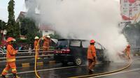 Sebuah mobil Alphard terbakar di Tol Tanjung Duren, Jakarta. (Istimewa)