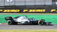 Pembalap Mercedes, Valtteri Bottas memacu mobilnya selama balapan Formula 1 (F1) GP Jepang di Sirkuit Suzuka, Minggu (13/10/2019). Valtteri Bottas berhasil menjadi juara F1 GP Jepang dengan mencatatkan waktu kemenangan 1 jam 23 menit 21,510 detik. (Toshifumi KITAMURA/AFP)